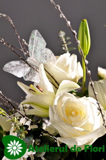Cos cu flori albe si fluturasi