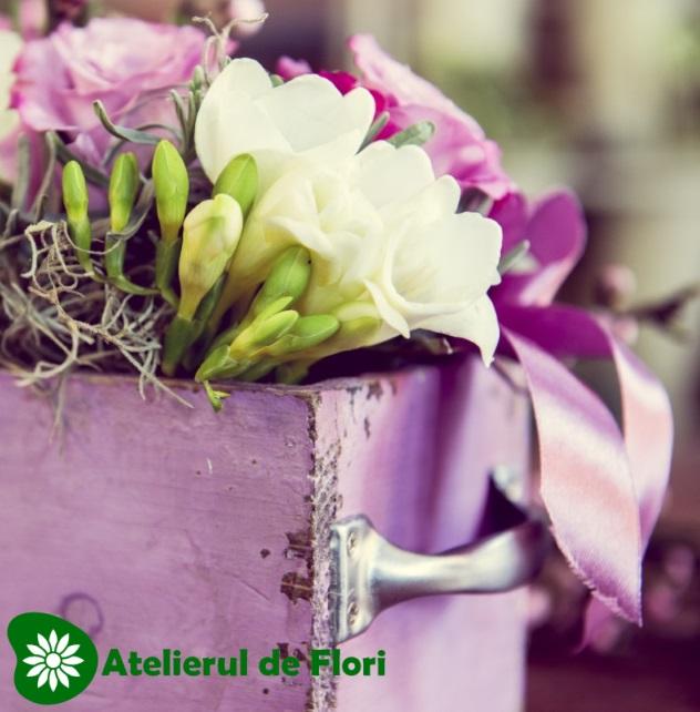 Cutie cu flori pastel de primavara
