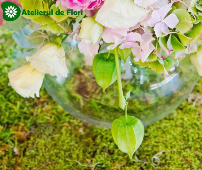 Aranjament floral pe bol de sticla